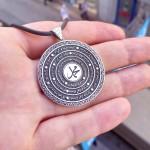 925 Ayar Gümüş Kişiye Özel Ortasında Hz. Muhammed Yazılı Çerçevede Nazar Ayeti Yazılı Madalyon Kolye